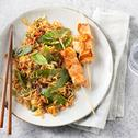Roerbaknoedels met zalmspiesjes, Thaise wokgroenten en peultjes