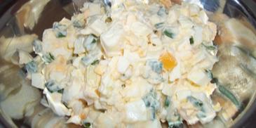 Sałatka z jajkami i cebulą