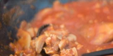 Sos do makaronu z mięsem mielonym i pieczarkami