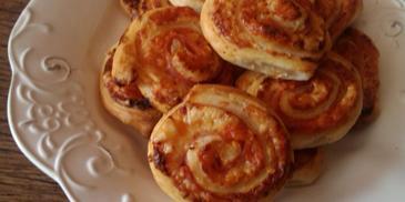 Ślimaki z ciasta francuskiego z serem gouda i szynką chłopską
