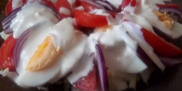 Sałatka z pomidorów i jajek