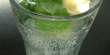 Orzeźwiający napój z kiwi, cytryną i miętą