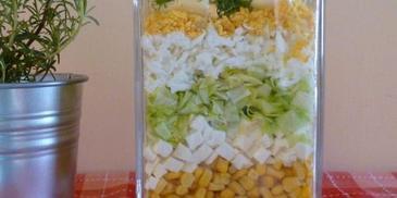 Sałatka warstwowa z mozzarellą