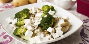 Sałatka ziemniaczana z brokułami i fetą - z mikrofalówki!