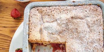 Dziecinnie proste ciasto biszkoptowe z truskawkami