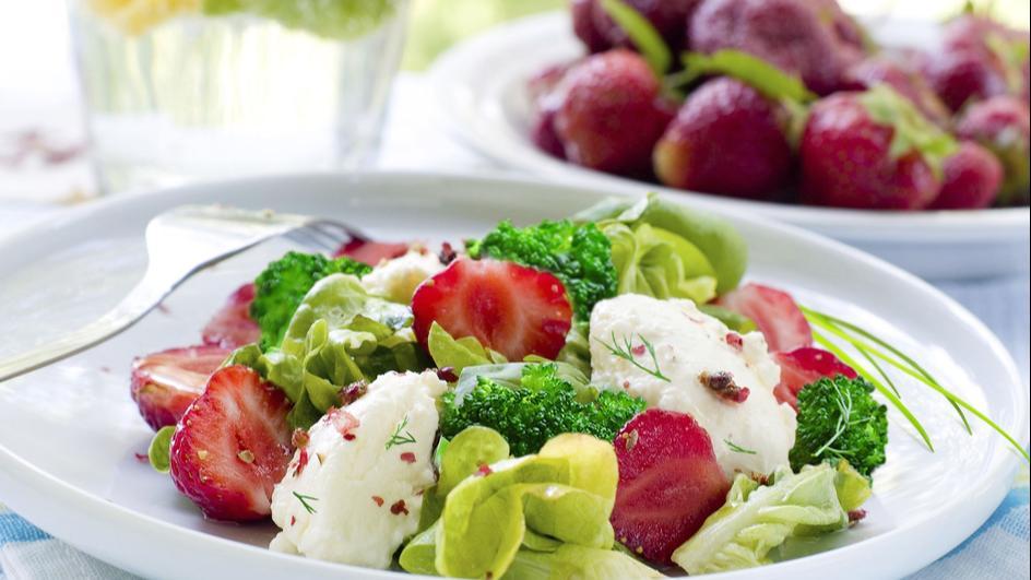 Sałatka z brokuła i truskawek