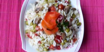 Sałatka z ryżu z groszkiem zielonym