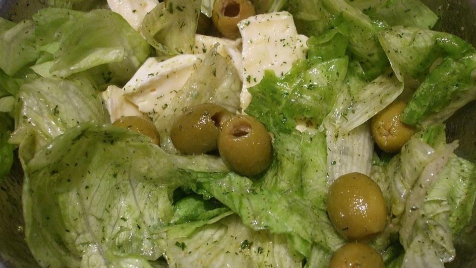 Sałata lodowa z serem pleśniowym i oliwkami