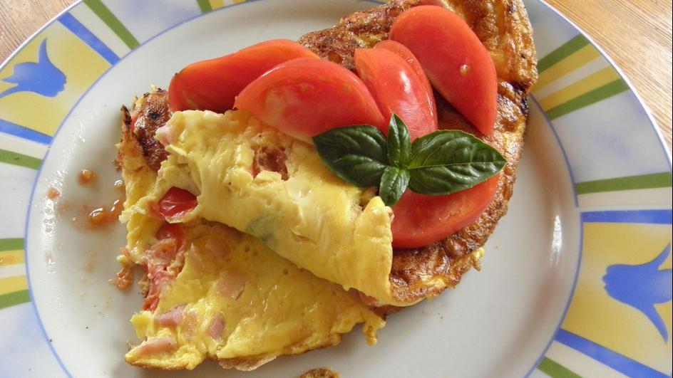 Omlet z szynką, serem i pomidorami