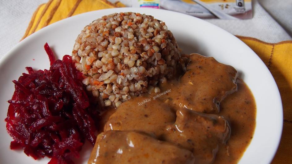 Kasza gryczana z mięsem i sosem grzybowym