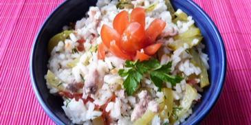 Sałatka z ryżu, jarzyn i konserwy rybnej