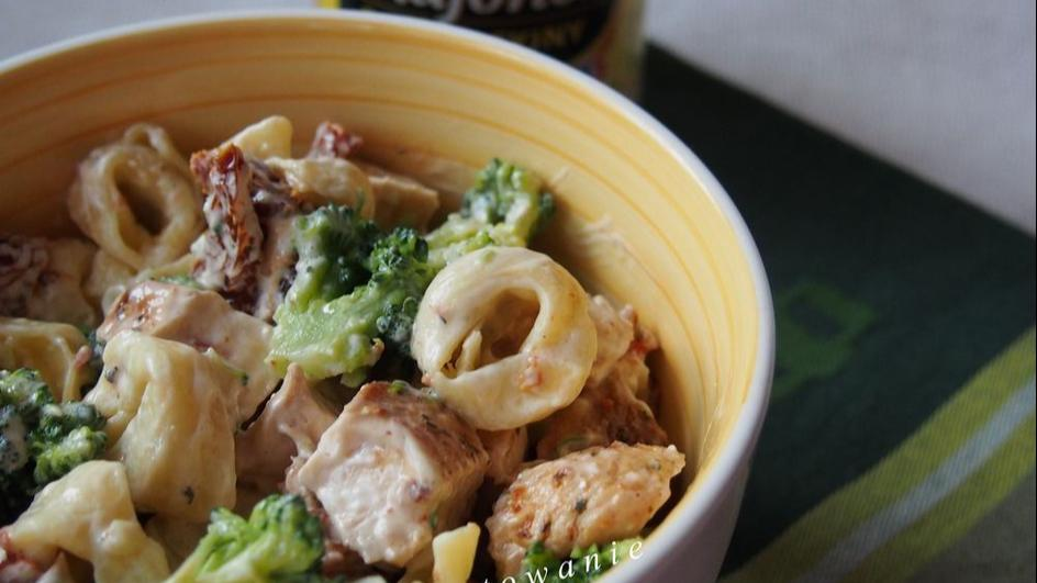 Sałatka z tortellini, kurczakiem i brokułem