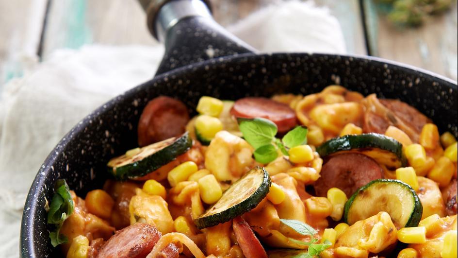 Tortellini z cukinią, kiełbasą i kukurydzą