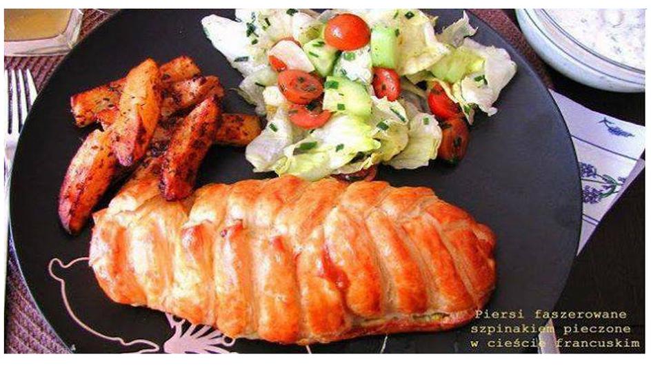 Piersi kurczaka faszerowane szpinakiem pieczone w cieście francuskim