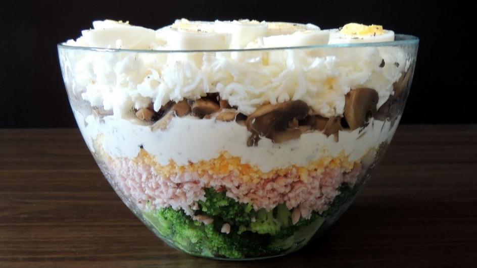 Warstwowa sałatka z szynką, pieczarkami i brokułem