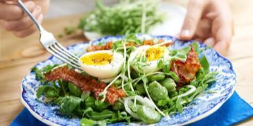 Sałatka z bobu z jajkiem i chrupiącym boczkiem