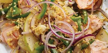 Sałatka z kaszą jaglaną, łososiem gotowanym w maśle, czerwoną cebulą, gruszką i zieloną papryką