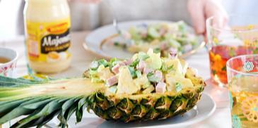 Egzotyczna sałatka z ananasem, szynką i majonezem