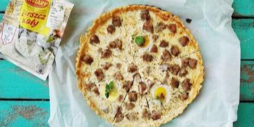 Tarta z białym barszczem, jajkami przepiórczymi i białą kiełbasą
