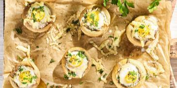 Kapelusze pieczarek z przepiórczymi jajkami
