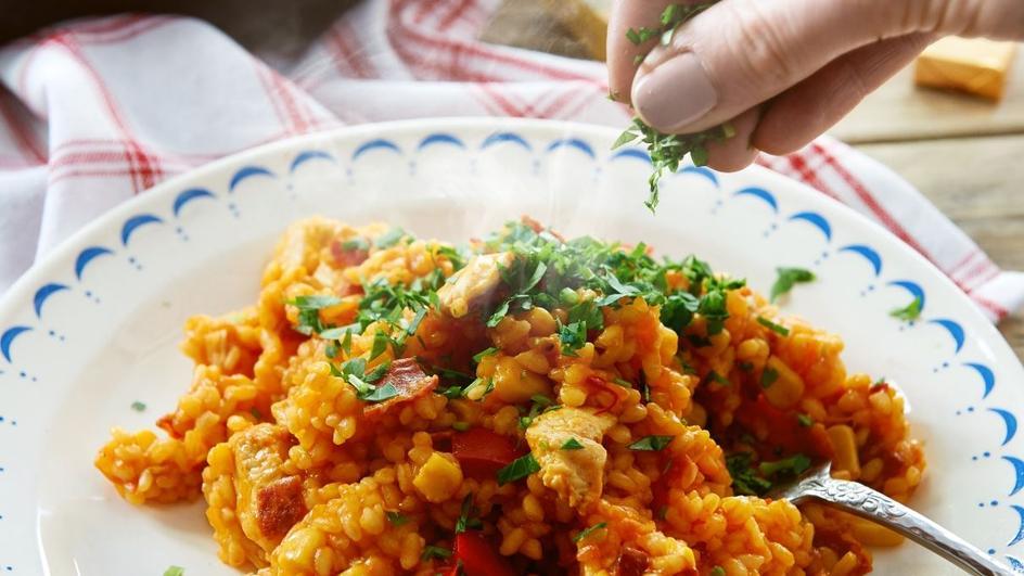 Paella z kurczakiem i ostrą kiełbasą