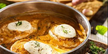 Kotlety z piersi kurczaka w sosie włoskim z mozzarellą i grzankami czosnkowymi