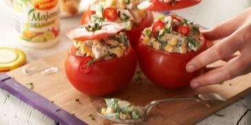 Pomidory faszerowane kurczakiem i warzywami