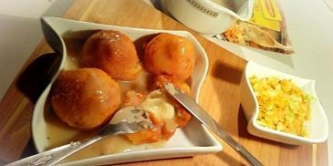 Ziemniaczane kule z mozzarellą w sosie pieczarkowym