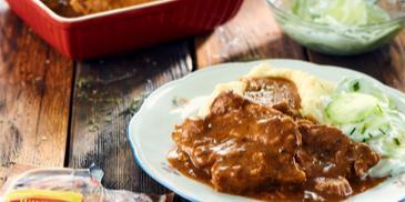 Steki z karkówki w pysznym sosie z tymiankiem i ziemniaczanym puree i mizerią