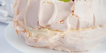 Tort bezowy z kremem budyniowym i owocami blogerki I love bake