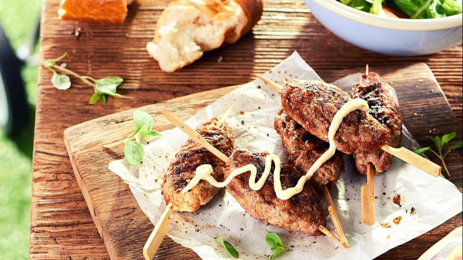 Szaszłyki z mielonego mięsa z Sosem Czosnkowym WINIARY