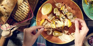 Szaszłyki z piersi kurczaka i cytryny z Sosem Czosnkowym WINIARY