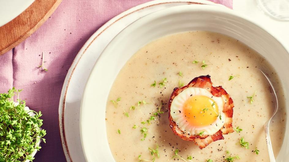 Barszcz biały z jajkami w bekonie