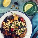 Sałatka z ciecierzycy z ziołami, pomidorami i oliwkami