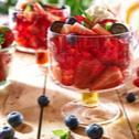 Klasyczna galaretka truskawkowa z bitą śmietaną i owocami