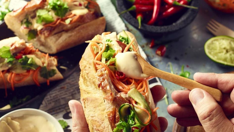 Wietnamska kanapka Banh Mi z chrupiącym boczkiem i słupkami warzyw