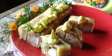 Rolada serowa z chrupiącą grzanką i sosem curry Winiary