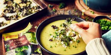 Zupa brokułowa z serem kozim i chipsami z jarmużu
