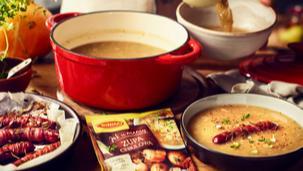 Zupa cebulowa z pieczonymi kiełbaskami i śmietaną