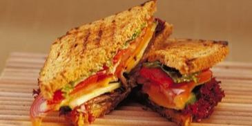 Sandwicz wegetariański z grillowanymi warzywami