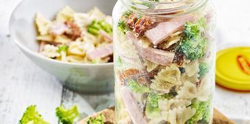 Sałatka z brokułami i makaronem