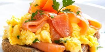 Kanapki z jajecznicą i łososiem
