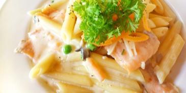 Makaron w sosie serowo-pieczarkowym z łososiem