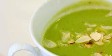 Zupa brokułowa z fetą i prażonymi migdałami