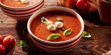 Zupa pomidorowa z mozzarellą