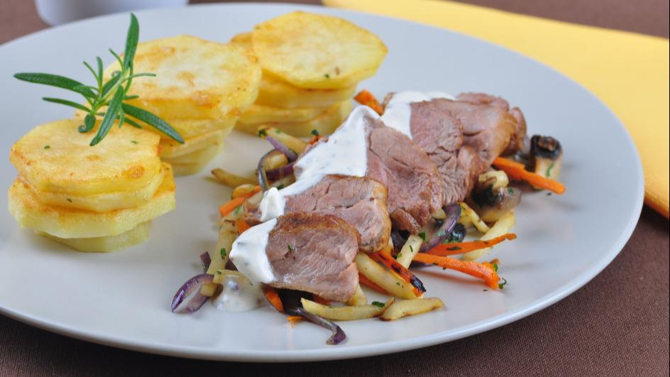 Polędwiczki wieprzowe z sosem serowym i warzywami z pieczarkami oraz smażonymi ziemniakami