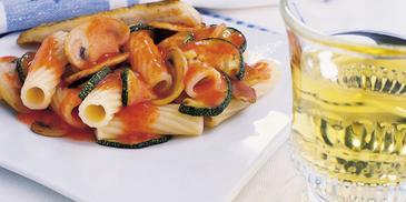 Makaron z sosem z pomidorów i cukinii
