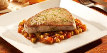 Filet z tuńczyka z sosem salsa z awokado i pomidorów