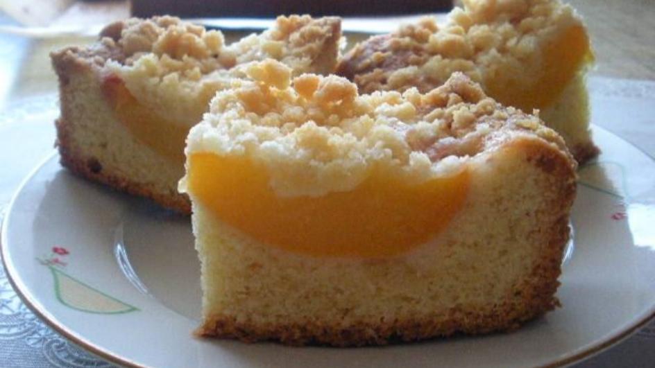 Ucierane ciasto z brzoskwiniami i kruszonką