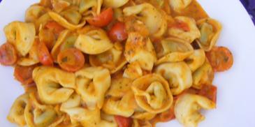 Tortellini ze szpinakiem w sosie pomidorowo-śmietanowym